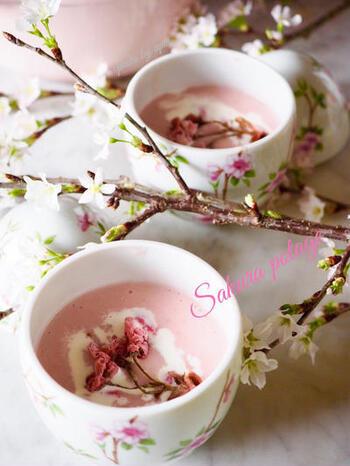 淡いピンク色とふわっと浮かべた桜が美しいポタージュスープ。ペーストにしたじゃがいもにビーツの水煮缶を加えて色づけしています。華やかなスープで春を満喫しましょう。