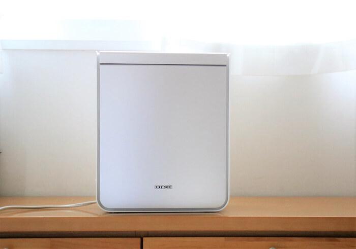 シンプルでどんな部屋にも馴染みそうなデザインですね。持ち手も収納されていて、引き出せば楽に持ち運びできます。コの字型のアタッチメントで、素早く乾燥&暖めることができます。