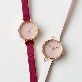はなもっこの「こないろ」は、飛鳥時代から使用されている「岩絵具」の文字盤が魅力的な腕時計。職人によって手漉き和紙を桜鼠に色づけしています。数字の丸い金箔や針のゴールドが上品ですね。