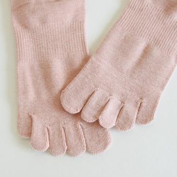 自然染めは使い方によって変化していくので、それぞれの味わいを楽しめるのも魅力です。綿100%なので肌触りもよく、指を自由に動かせるため足が蒸れにくいのもうれしいポイント。
