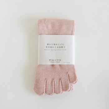 草木染めが美しい5本指ソックス。100%植物から抽出し、原綿から染色するのがMAITOの草木染めの特徴です。カラーバリエーション豊富ですが、春におすすめのカラーはやっぱり桜。淡いピンク色は、染井吉野や山桜の枝先から抽出しています。