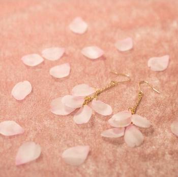 まるで本物の桜の花びらのような可憐なピアス。一枚一枚手染めした布を桜の形にカットしたハンドメイド作品です。お花見や入学式など春のイベント時にもぴったり。