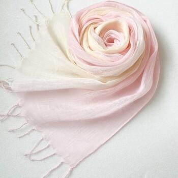 薄桜色と淡黄色をイメージして、一枚一枚丁寧に手染められたストール。素材はコットンシルクでふんわりと優しい風合いが魅力です。グラデーションなので、巻き方によって色合いが違って見えるのもポイント。春らしい柔らかな色合いは顔周りを明るく見せてくれそうです。