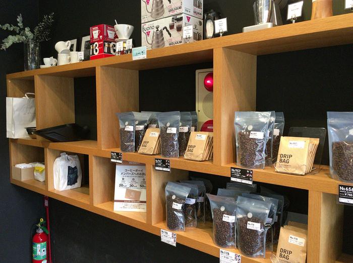 気に入ったら「コーヒー定期便」を。毎月同じコーヒーを届けてくれます。もちろん、気軽に飲みやすいドリップバッグのセットもありますよ。
