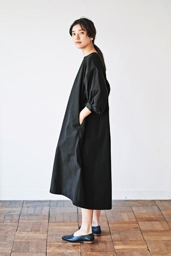 大胆な後ろ下がりに遊び心があるボリューム袖のワンピース。少し光沢のある素材とミニマムなシルエットなので、合わせ方次第で大人カジュアルからフォーマルまで幅広く使えそうです。それでもお値段はリーズナブル!一枚でおしゃれに決まるブラックドレスです。