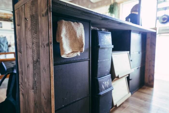 裏はこんな状態です。カラーボックスの上に天板を乗せて、カウンターにしています。作業台と収納、両方の機能を果たす便利な使い方ですね。