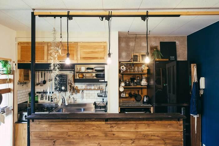 カラーボックスを使えば、おうちにキッチンカウンターを作ることも可能です。こちらは、カラーボックスと木材を組み合わせて作ったそう。