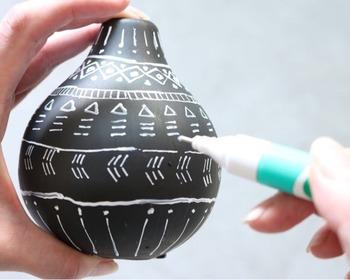 細かい線を描きたいときには修正ペンを使うと、筆よりも複雑なパターンが描きやすくなりますよ。花を飾らずに置いておくだけでも、インテリアのアクセントに♪