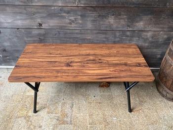 そのままでも素敵なテーブルですが、木目や色味を変えたくなったらリメイクしてみましょう。古材とSPF材をテーブルに合わせてカットし、枠部分だけワックスを塗ります。あとはタッカーでとめていけば完成。