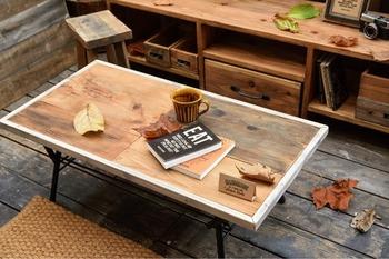 古材のナチュラルな木目と味わいを活かしたおしゃれなテーブルに。折り畳めるので自宅以外にも持ち運んで使えて便利です。