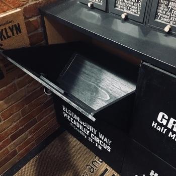カラーボックスに板材を組み合わせて、引き扉付きの収納に。底面の板にアイアンブランケットを取り付け、両側に三角板を接着剤で固定します。斜めにパカッと開くタイプで出し入れもスムーズ。