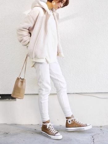 ビッグシルエットのオバーサイズTシャツにホワイトのタイトなボトムスと合わせたカジュアルコーデ。ミルキーカラーのパーカーとベージュの小物を合わせて、白からベージュへのグラデーションが女性らしい色使いの技ありスタイリングに。