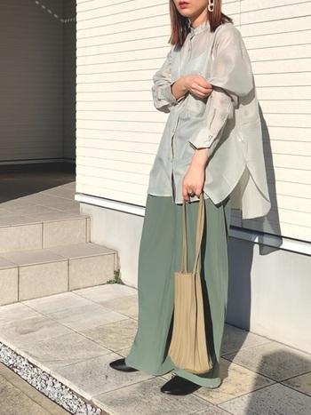 この春注目のミントグリーンのワントーンコーデ。インナーを透けさせたシアー素材のロングシャツにセンターラインのきれいめパンツを合わせて、ゆるっと大人っぽいトレンド感ある着こなしです。