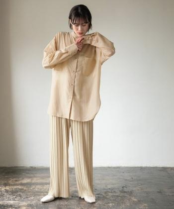 この春注目の透け感のあるシアーシャツにプリーツワイドパンツを合わせた、上品でハンサムなベージュコーデ。絶妙に違うベージュカラーで、歩くたびに揺れるスタイリングは春にぴったりです。