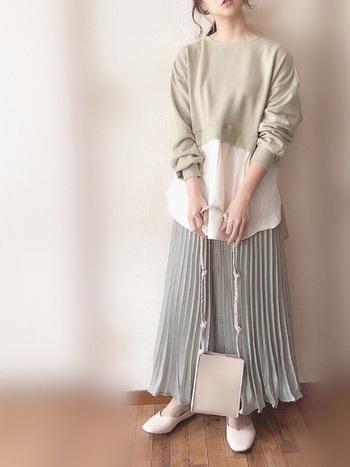 レイヤード風のトップスと光沢感あるプリーツスカートの同系色スタイリング。絶妙に違うミントグリーンの色合いに、白シャツ風の裾や小物を白で合わせて色の切り替えを作ることで、視点を分散させることでメリハリを付けています。
