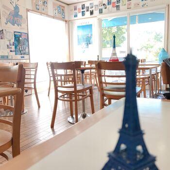 フランス好きというオーナーだけあって、店内には地図やポスター、エッフェル塔のオブジェなどがいたるところに飾られています。
