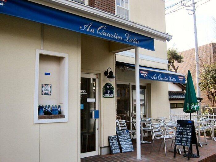 県立図書館の隣にある「Au Quartier Latin」は、元フランス料理のシェフがオーナーを務めるフレンチカフェ。おしゃれな店内やテラス席でオーナーこだわりのランチやスイーツを楽しめます。