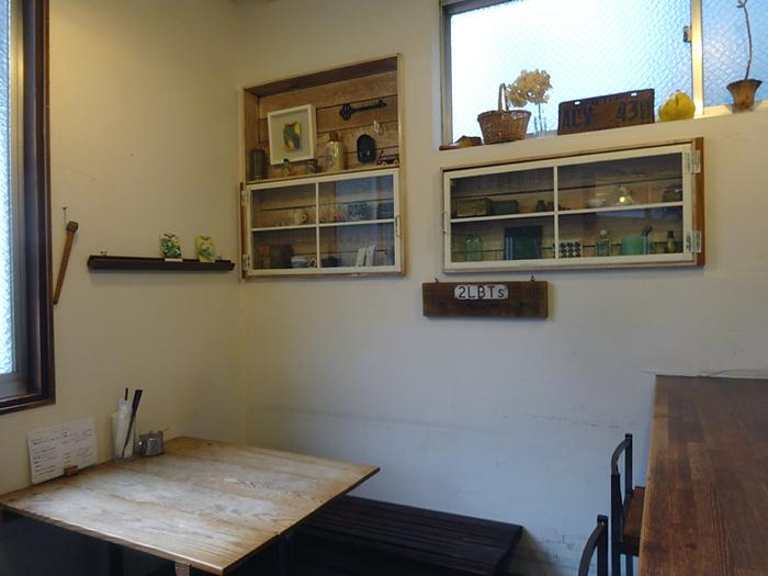 こちらはテーブル席。壁には雑貨がディスプレイされていて、ナチュラルな雰囲気に包まれています。