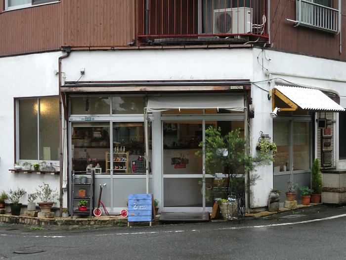 山口税務署の南側にひっそりと佇む「zucca」は、手作り感溢れる小さなカフェ。野菜を使ったヘルシーな料理と居心地の良さでリピーターも多い人気店です。