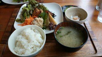 「本日のランチ」は、季節のおかず・小鉢・ごはん・汁物付き。栄養バランスも良く、ほっとする家庭料理のような味わいです。