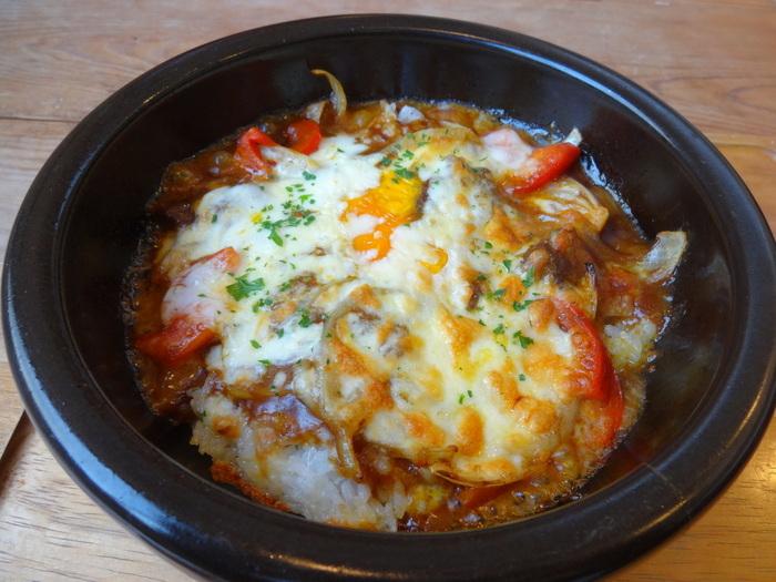 熱々の鉄鍋で提供される焼きカレーは、チーズと半熟卵がまろやかです。他にも、雑穀チャーハンや日替わりパスタなどもありますよ。