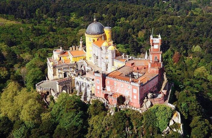 鮮やかな城の色彩が山の緑に映えるペーナ宮殿。イスラム・ゴシック・ルネッサンスなど多国籍の様式が混ざり合っている唯一無二の建築です。