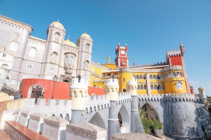 いたるところに見られるタイルのデザインが美しく、細部まで装飾に手が込んでいます。ペーナ宮殿があるシントラは街そのものが世界遺産に登録されているので、周辺エリアもぜひ観光してみてください。