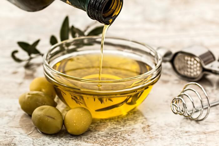 乾燥が気になる方は、水の代わりにオリーブオイルなどのオイルを使ってみましょう。または水とオイルを両方混ぜる方法もありますよ。水やオリーブオイルの分量は加減しながら、シャーベット状を目指して作ってみてくださいね。