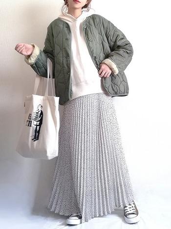 白パーカーにカーキのキルティングコートを羽織ったメンズライクな組み合わせも、プリーツスカートを合わせれば女性らしい印象に。ショート丈とアウターのバランスもGoodです◎