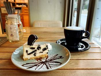 「オレオのチーズケーキ」。酸味のあるクリームチーズの生地と甘いオレオの相性は抜群!白と黒のコントラストも映えます。