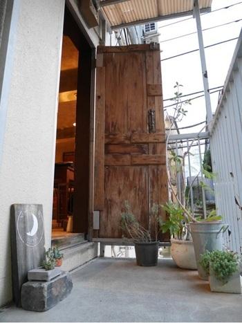 京都で人気の「エレファント・ファクトリー・コーヒー」の姉妹店。「こんなところに何でこんなおしゃれなカフェが?」と思わせるような雑居ビルの2階にあります。三日月の看板が目印です。