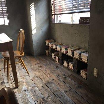 古書店「古本 一角文庫」の古本が置かれたコーナーも。自由に手に取って読める他、買い取りすることもできますよ。
