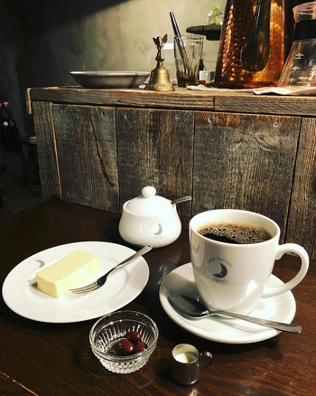香りが良いブレンドコーヒーと、シンプルな自家製チーズケーキ。コーヒーは深煎りと中煎りから選べますよ。コーヒーの酸味が苦手な人には深煎りがおすすめ。
