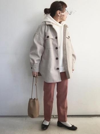 オーバーサイズパーカーにCPOジャケットを羽織った、ビッグシルエットな重ね着スタイル。くすみピンクのスラックスやミニバッグで、ボーイッシュな印象を和らげています。