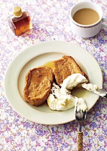ミルクティー好きにおすすめしたいのがフレンチトーストです。紅茶はレンジで手軽に淹れてOK!頬張る度に口の中に広がる紅茶の香りを楽しみつつ、ゆったりとした朝を過ごせます。