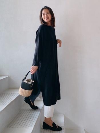 ブラックのワンピースにホワイトパンツを合わせることでコーデに軽さをプラス。7分丈を選んで抜け感を出すのもポイントです。ウエストマークやスカーフをプラスして着こなしに変化をつけても素敵です。