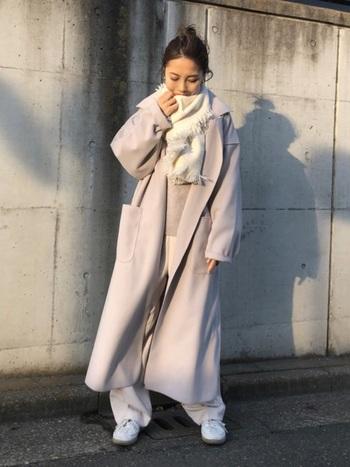 淡いカラー配色で、リラクシーな冬コーデです。足元と首元に、ぱっと華やかなホワイトをもってくることで、洗練された着こなしにブラッシュアップ。微妙に色のトーンを変えるのがコーデ成功の秘訣です。