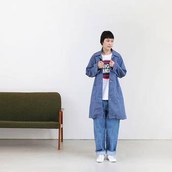 色合いもシャカシャカとした質感も軽く爽やかな印象をもたらすガレージコート。ブルー系で揃えたスタイリングは清潔感もあって好感度が上がりそうですね。