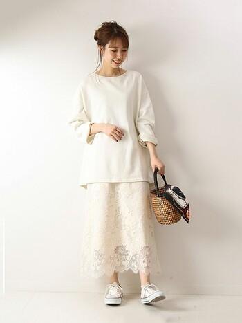 シンプルなプルオーバーに繊細なラッセルレースのスカートを合わせた、白ベースの同系色コーデ。フェミニンなスカートの足元は白スニーカーにしてカジュアルダウンさせ、春のMIXスタイルの完成です。