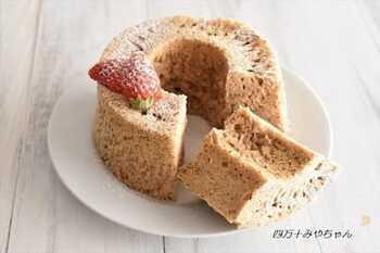 ホットケーキミックスで作る&メレンゲなし&レンジでOKという、手軽なのに本格派のシフォンケーキレシピ。仕上がりはもっちりふんわり。型も100円均一などで紙製のものを買えばさらに手軽です。