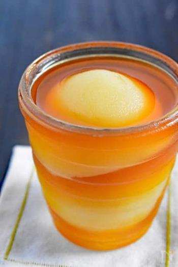 材料4つで作る、お手軽ゼリーのレシピです。桃の甘さと紅茶の風味がベストマッチ!桃缶を使えば思いついた時に作れて、おやつやデザートにぴったりです。