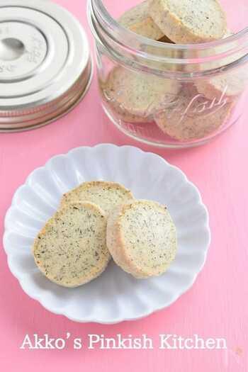 プレーンなクッキー生地に少し混ぜるだけでも、いい香りがふんわり。焼き菓子初心者でもチャレンジしやすい人気レシピです。アールグレイだけでなく、好きな茶葉で楽しんでみて!
