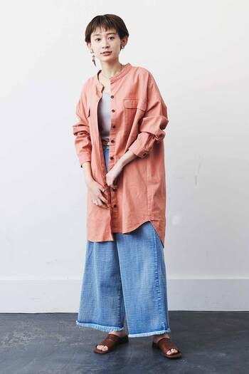 ゆったり着られるロングシャツは、サーモンピンクで春らしく元気いっぱいの雰囲気に。麻混素材でカジュアルに着こなせるので、どんなテイストにも合わせやすい一枚です。