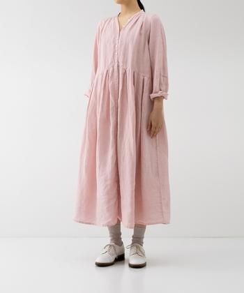 女性の首元をキレイに見せてくれる上品なYネックラインが印象的な、ピンクのフレアワンピース。ウエストラインを高めに設定しているため、スタイルアップ見え効果も期待できるデザインです。