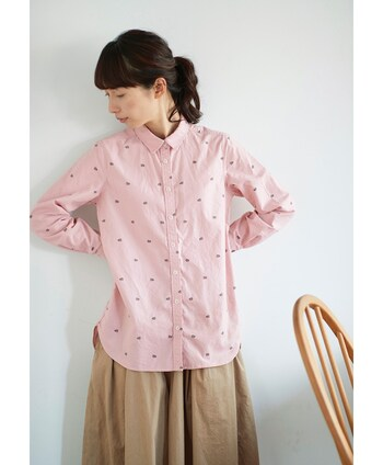 ベーシックな形のピンクシャツに、桜餅のデザインを取り入れたとってもキュートなトップスです。爽やかなカラーリングとユニークな桜餅の組み合わせは、大人の遊び心を刺激してくれそうですね♪
