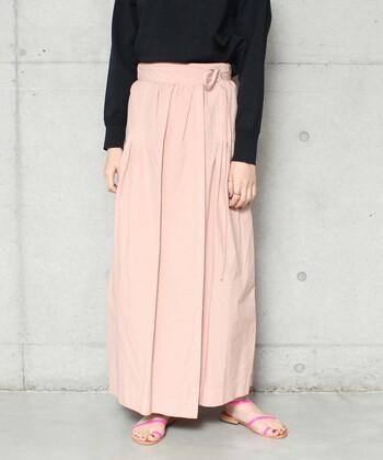 ラップ型デザインのピンクスカートは、ウエストの紐を調整して自由にスカートのボリューム感を変えられるのが特徴。ギャザーの分量を控えめにして、すとんと落ちるストレートシルエットに仕上げているのが最大のこだわりです。