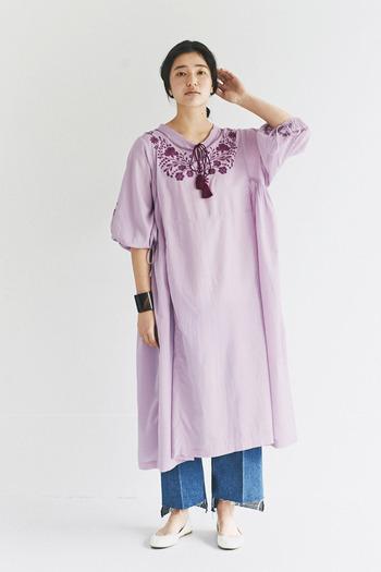 民族テイストな雰囲気を感じさせる、柔らかな刺しゅうデザインのピンクワンピース。ゆったりと着られるシルエットや、ふんわりとしたスリーブが女性らしいコーディネートにもぴったりな一枚です。デニムパンツに合わせて、あえてカジュアルダウンして着こなしても◎。