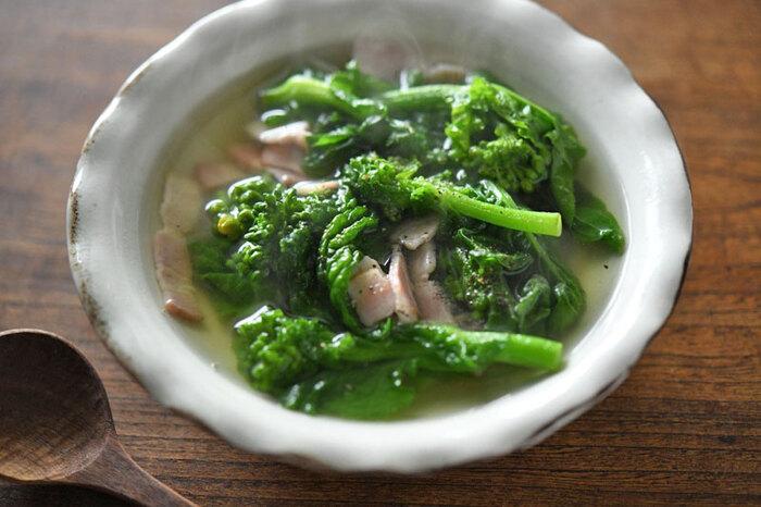 塩とコショウでシンプルに味付けした菜の花とベーコンのスープ。菜の花の茹で汁を使っているから出汁いらずでも美味しく仕上がります。オリーブオイルとベーコンでしっかり香りを出して作りましょう。