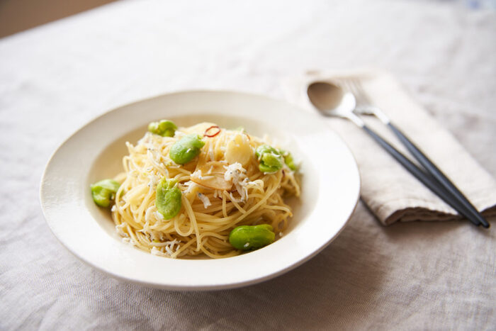 ほっくりした空豆としらすのペペロンチーノ。空豆を茹でたお湯でパスタを茹でるので、段取りが大事です。シンプルな材料だけに、いい素材を使って作りたいですね。