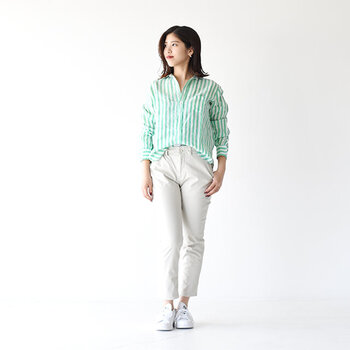グリーンのストライプシャツが、爽やかな印象を与えるコーディネートです。白のパンツにゆるくタックインして、足元も白のスニーカーで春らしい着こなしに。カジュアルながらもシャツできちんと感をアピールできるので、さまざまなシーンで活躍してくれそう♪